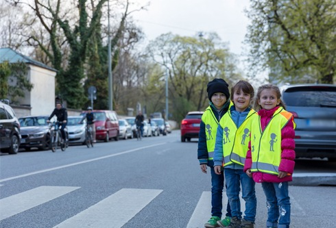 """warnwesten 490x333 - ADAC Stiftung verteilt 60.000 Sicherheitswesten an Kindergärten und Kitas / Sichtbarkeit bedeutet mehr Sicherheit / Im Rahmen von """"Aufgepasst mit ADACUS"""" werden Kindereinrichtungen unterstützt"""