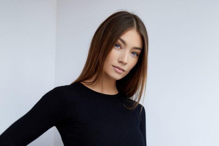 """lorena rae foto aaron20j.20hurley 1 696x464 - Mutter mit 14 - Model mit 18 / Im neuen Podcast der SOS-Kinderdörfer """"Mut heißt Machen"""" spricht das deutsche Topmodel Lorena Rae darüber, was es bedeutet, früh Verantwortung zu übernehmen"""