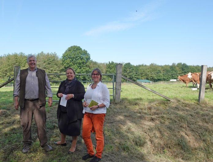 Auftakt Schultenhof 1 696x528 - Beim Tierwohl besteht noch Handlungsbedarf / Ministerin Heinen-Esser lädt zu Aktionstagen Ökolandbau ein