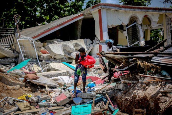 """Erdbeben Haiti C2A920picture allianceAP 696x464 - Haiti: CBM stellt 100.000 Euro Soforthilfe für Erdbebenopfer bereit / Appell der CBM: """"Vergesst jetzt Menschen mit Behinderungen nicht!"""""""