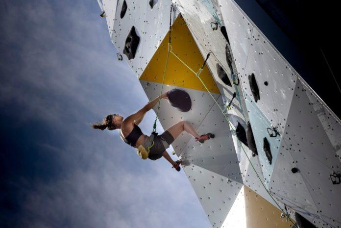 FoE Explore New Heights 05 696x465 - Ford Explorer Plug-in-Hybrid steht auf höchstem Kletterturm der Welt - als Siegprämie für schnellsten Gipfelstürmer