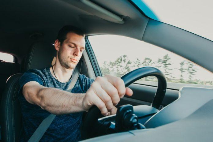 MC3BCdigkeit20AdobeStock 374389860 696x464 - Unfallursache Müdigkeit am Steuer - Männer besonders betroffen