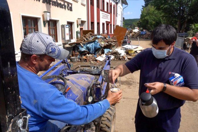 Malteser20im20Hochwassbensmittel20und20 696x463 - Die Höhner unterstützen Malteser Charity Livestream #ProudToHelp