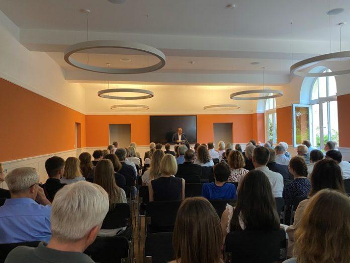 """PM 696x522 - """"Uns ist das Ding entglitten"""" - Robin Alexander berichtet bei einer Veranstaltung im INSA-Haus über das dramatische Ende der Ära Merkel"""