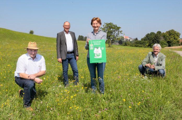 """PM Andechser20MolkereimaBauer Foto201 696x461 - ANDECHSER NATUR Bio-Milchbauern sind auch """"KlimaBauern"""": Andechser Molkerei Scheitz informiert mit Partnern über ihre Initiative für Klimaschutz in der Landwirtschaft"""