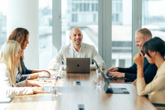 Phil20Poosch20priority20export 4997 696x463 - Starkes Wachstum made in Siegen: Die Poosch Consulting GmbH expandiert und sucht 10 neue Mitarbeiter