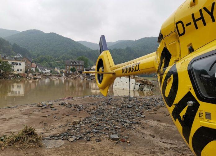 lrg krisengebiet preebild 18x13 300 696x503 - Hochwasser: Noch nie so viele Spezialeinsätze aus der Luft / ADAC Luftrettung zieht Bilanz der Arbeit im Katastrophengebiet / Mehr als 200 Einsätze, davon 111 Windenrettungen