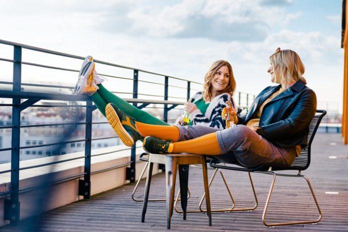 1 mediven Trendfarben M 394489 696x464 - Beine auf Entspannungskurs / Farbenfroh im Herbst: Medizinische Kompression in Avocadogrün und Mangogelb
