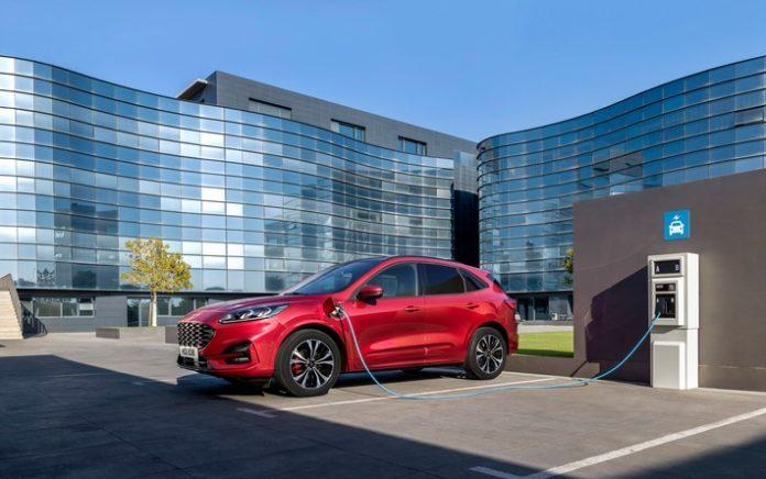 """2019 FORD KUGA SIDE CHARGING 696x436 - Ford """"Gewerbewochen+"""": Attraktive Gewerbekunden-Angeboten für sorgenfreie Mobilität"""