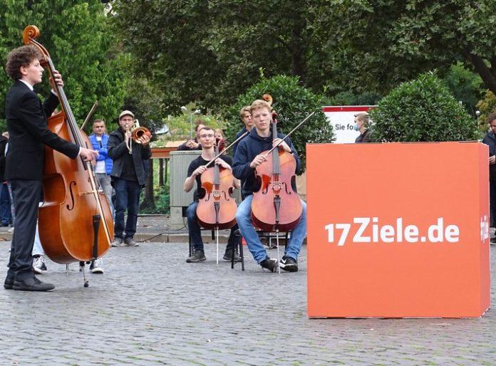 3 1720Ziele20Erfurt 696x514 - Emotional ergreifend: Mit dem 17Ziele Freude-Flash motivieren bundesweit 850 Musikerinnen und Musiker zu mehr Engagement für Nachhaltigkeit in allen Bereichen