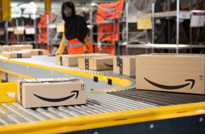 Amazon20Pakete 696x456 - Amazon sperrt über 3.000 Verkäuferkonten wegen Bewertungsbetrug: So erhalten Amazonhändler richtlinienkonforme Bewertungen