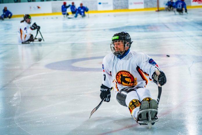 BGBAU ParaEH WM249 696x465 - Weltmeisterschaft im Para-Eishockey: Jacob Wolff startet für Deutschland und wird von der BG BAU unterstützt