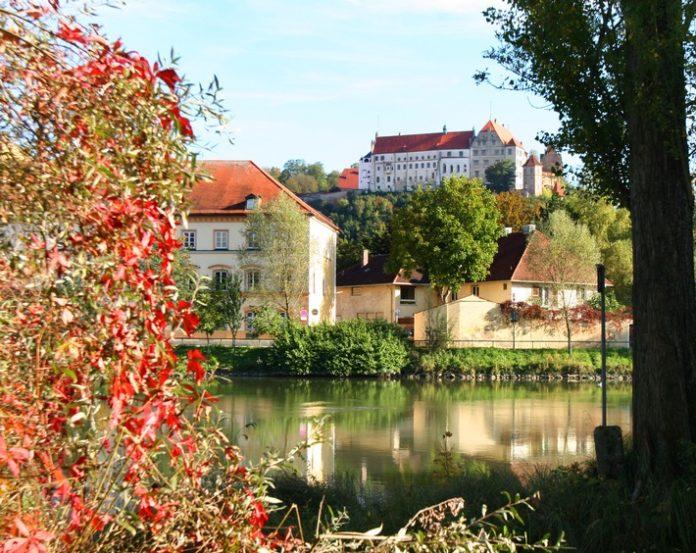 Blick20auf20die20Burg20Terein20Landshut20 696x553 - Goldener Herbst auf Bayerns Burgen / Kulturgeschichte und Kulinarik treffen sich zu einem besonderen Genusserlebnis