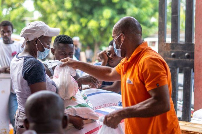 """C2A920World20Vision Erdbeben20Haiti 696x464 - Nach dem Erdbeben in Haiti: Wenig Aufmerksamkeit, große Not / Hilfsorganisationen im Bündnis """"Aktion Deutschland Hilft"""" sehen sich mit Versorgungslücken und logistischen Hürden konfrontiert"""
