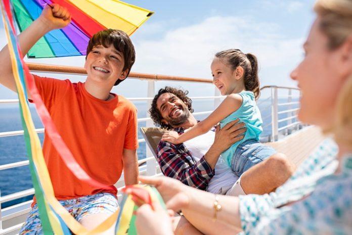 """Costa20Kreuzfahrten Familie20an20Deck 696x465 - Costa Kreuzfahrten: """"Das schwimmende Klassenzimmer"""" / Nachhilfe-Unterricht an Bord in den kommenden Herbstferien"""