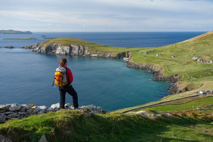 Dingle20Way20 20lead 696x464 - Ausgezeichnet Wandern in Irland / Die grüne Insel ist als Paradies für Ausflüge in die Natur bekannt, viele Touren mit Prädikat