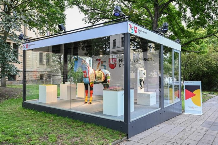 Einheitsexpo Cubes Niedersachsen 696x463 - Moin und Guten Tag: Niedersachsen grüßt zum Tag der Deutschen Einheit in Halle (S.)