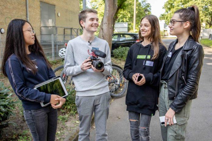 """Foto20WAKE20UP20Videow212120Presse20med 696x464 - Jugendliche drehen Videos gegen Cybermobbing / Bundesweiter Videowettbewerb der Initiative """"WAKE UP!"""" für Schülerinnen und Schüler in Dortmund gestartet"""