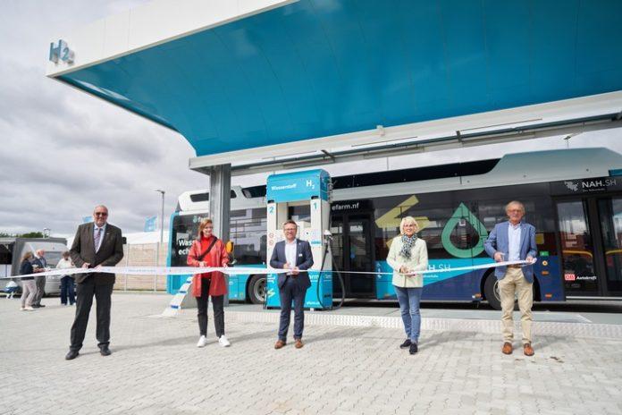 GP20JOULE eFarm Einweihung201 696x464 - Die erste öffentliche grüne Wasserstofftankstelle für Busse, PKW und LKW geht in Niebüll in den offiziellen Betrieb