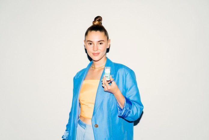 MOY x VAAY FaceSerumit NilsVomLande 696x465 - MOY & VAAY Hydration CBD Face Serum: Model Stefanie Giesinger und VAAY launchen gemeinsames Produkt