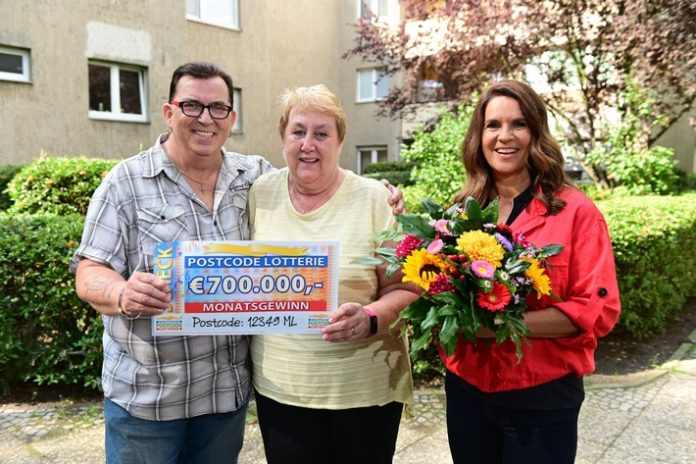Peter Manuela KatarinaWitt 696x464 - Katarina Witt überrascht Berliner Glückspilze mit Millionen-Gewinn
