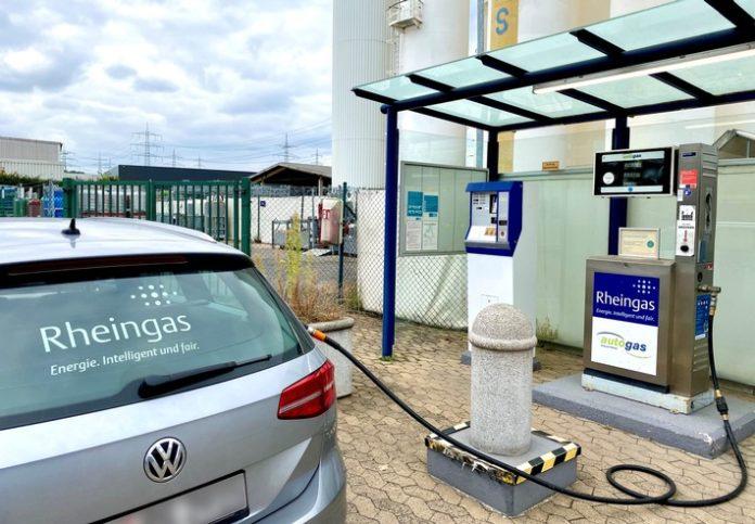 """Rheingas Tanken20an20e20LPG Tankstelle 696x483 - Autogas: """"Unterschätzter Hoffnungsträger der Verkehrswende"""" / Energieversorger Rheingas und Kraftstoffsystemlieferant Prins fordern LPG zurück auf die politische Bildfläche"""