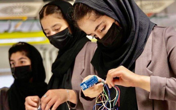 """Robotics 696x433 - Weibliches Robotikteam aus Afghanistan, """"Afghan Dreamers"""", findet neues Zuhause in Katar und erhält Stipendien der Qatar Foundation"""