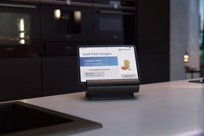 Siemens SmartKitchenDock 696x465 - Intelligente Küche erwacht zum Leben / Mit dem Smart Kitchen Dock präsentiert Siemens Hausgeräte ein Voice-First-Smart-Display speziell für die Küche