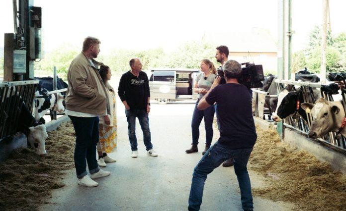 """Udo Tesch und Wilke Zierden 696x426 - Mehr """"Muh"""" als """"Buh"""": Influencer David Friedrich, Ewa Tomko und Udo & Wilke zum Realitäts-Check beim Milchbauern"""