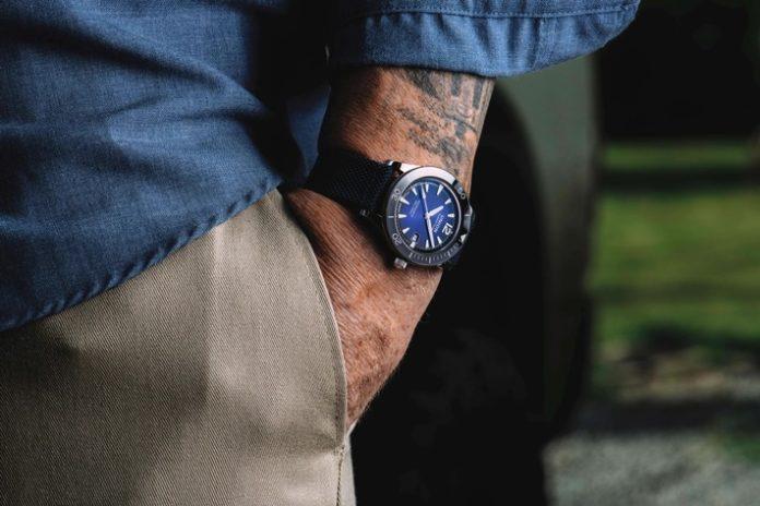 UnionGlashuette D012ic strap wrist1 696x464 - Union Glashütte präsentiert Noramis Datum Sport - eine Taucheruhr im Vintage-Look
