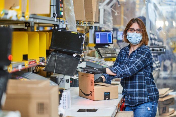 Versandmitarbeiterin20in20Winsen 2021 696x465 - Amazon stellt über 10.000 Saisonkräfte für das Weihnachtsgeschäft in Deutschland ein