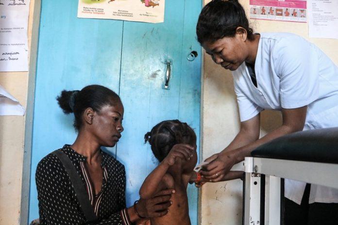 madagaskar sos nothien20in20ambovombe 696x464 - Hungersnot in Madagaskar: Aus Verzweiflung essen Familien ihr Saatgut