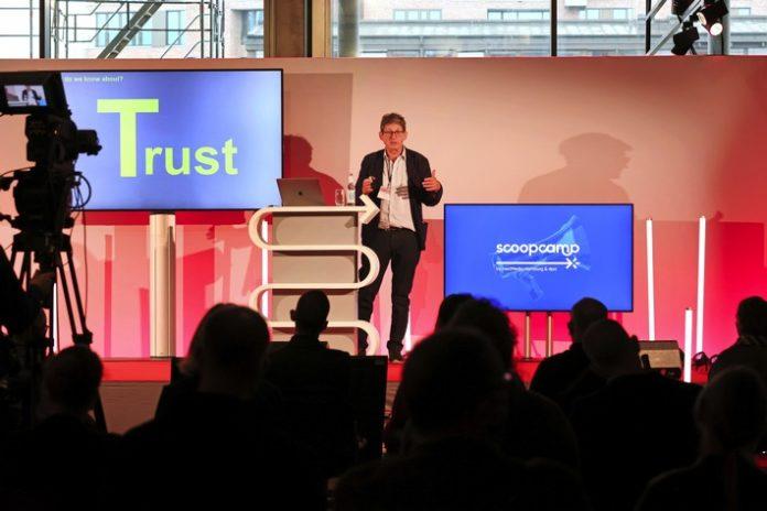 "scoopcamp202021 Rusbridger 696x464 - Pulitzer-Preisträger Alan Rusbridger fordert beim scoopcamp 2021: ""Try to get inside the mind of generation Z!"""